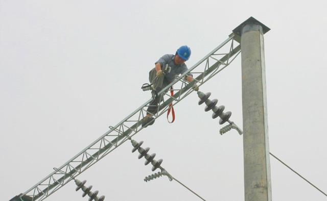 南通电力公司采用我司安全带高空作业,对其轻便灵活安全性表示满意。 (上海浩驹设备有限公司市场部供稿)